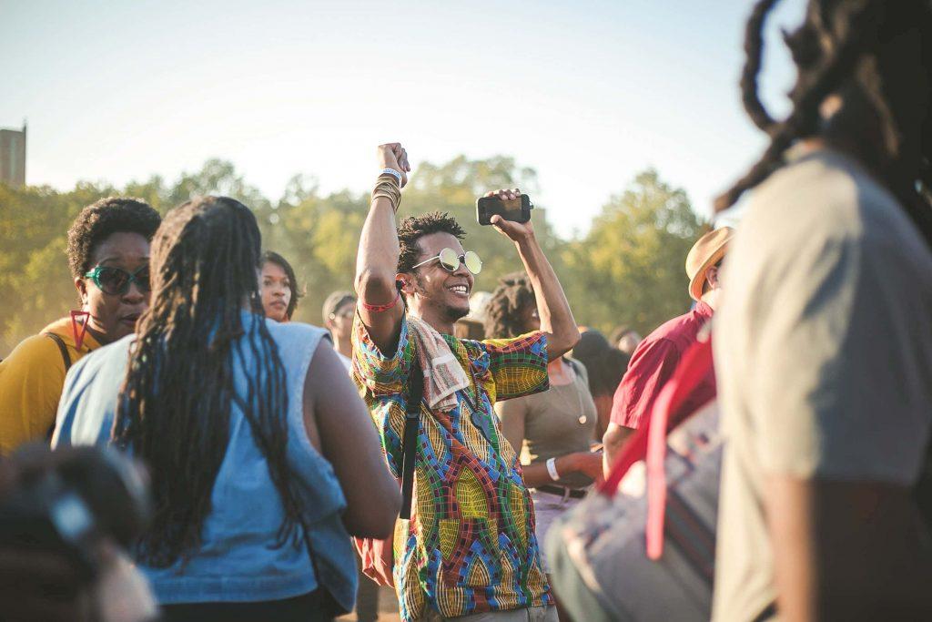 gente bailando en fiesta patronal
